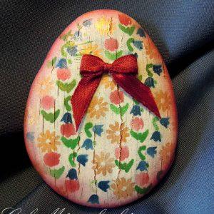 Repesztett alapon apró színes virágokkal festett tojás