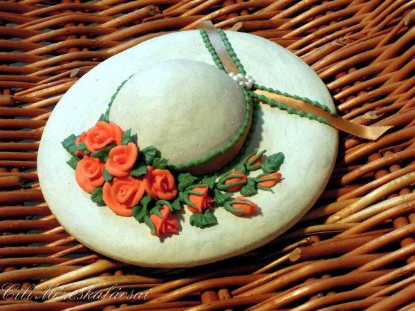 Mézeskalács kalap rózsákkal