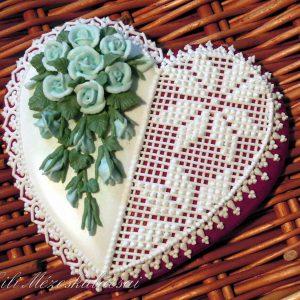 Rózsás-csipkés mézeskalács szív