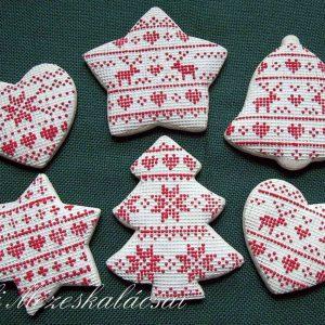 Fehér alapon piros norvégmintás karácsonyfa díszek