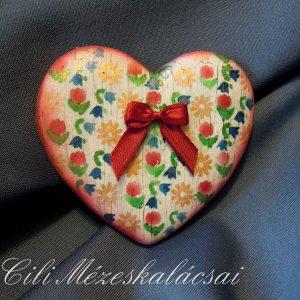 Repesztett alapon apró festett virágmintás szív