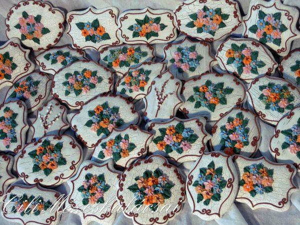 Színes virágos táblácskák mézeskalácsból